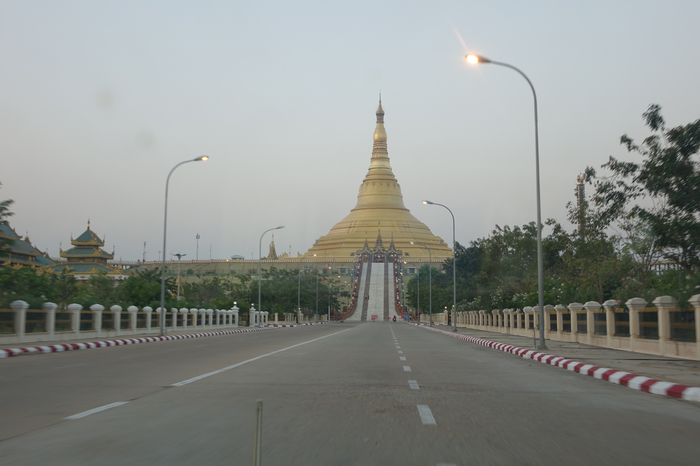 Driving toward Uppatasanti Pagoda (Photo: Judith Beyer/Felix Girke 2016)