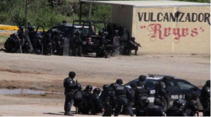 Police pointing rifles at the crowd in Nochixtlán (Photo: Cuartoscuro)