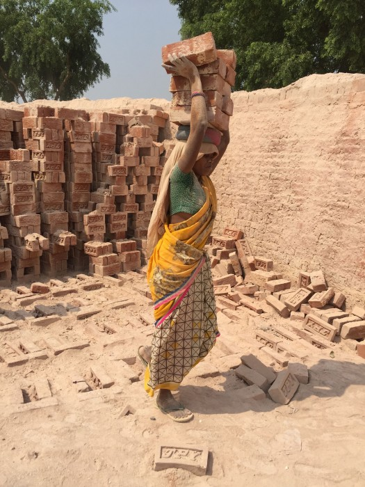 Oraon Adivasi woman from Jharkhand loading bricks, eastern Uttar Pradesh (photograph by Jens Lerche, 2017).