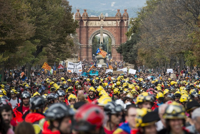 Hundreds of thousands of people march through the streets of Barcelona during the general strike in Catalonia, called as protest against police violence during the day of the referendum on independence of Catalonia (photograph by Adolfo Lujan, via Flickr, CC BY-NC-ND 2.0).