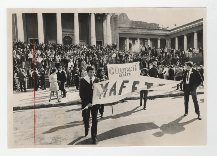 UCT 1968 sit-in protest: marching from Jameson Hall to the Administration Block (photograph held by UCT Photograph and Clipping Collection—Special Collections, University of Cape Town Libraries, used with permission).